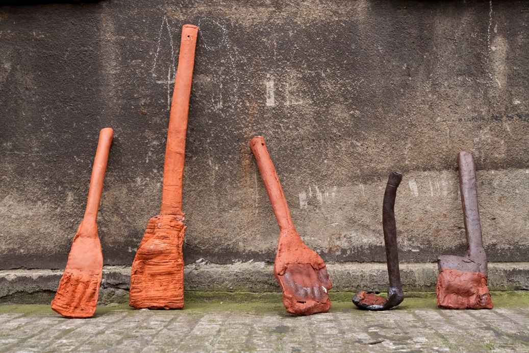 Werkzeuge, 2015, Terracotta, engobes, oxides, combustible materials Height: c. 30 cm – 100 cm