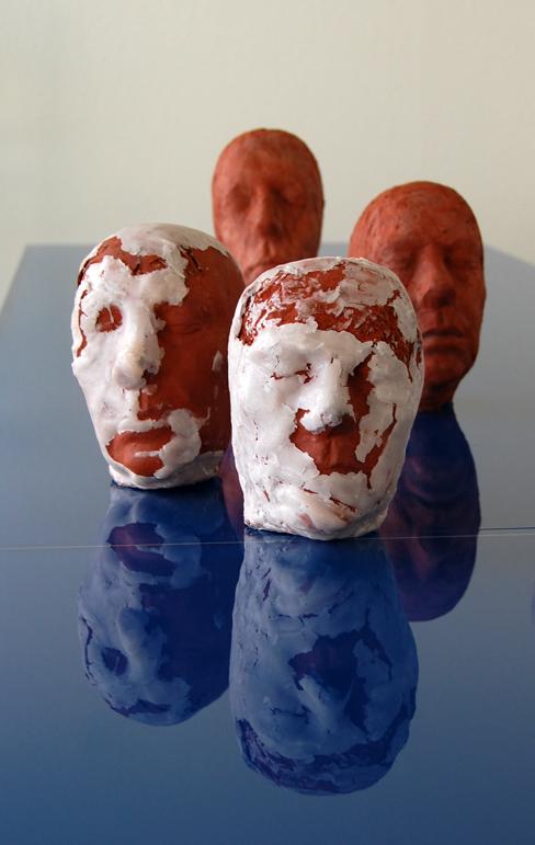 Elf Köpfe, 2009, Terrakotta, Wachs, brennbare Materialien, Höhe eines einzelnen Kopfes: c. 31 cm