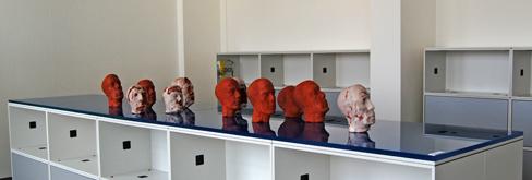 Elf Köpfe, 2009, Terrakotta, Wachs, verbrennbare Materialien, Höhe eines einzelnen Kopfes: c. 50 cm