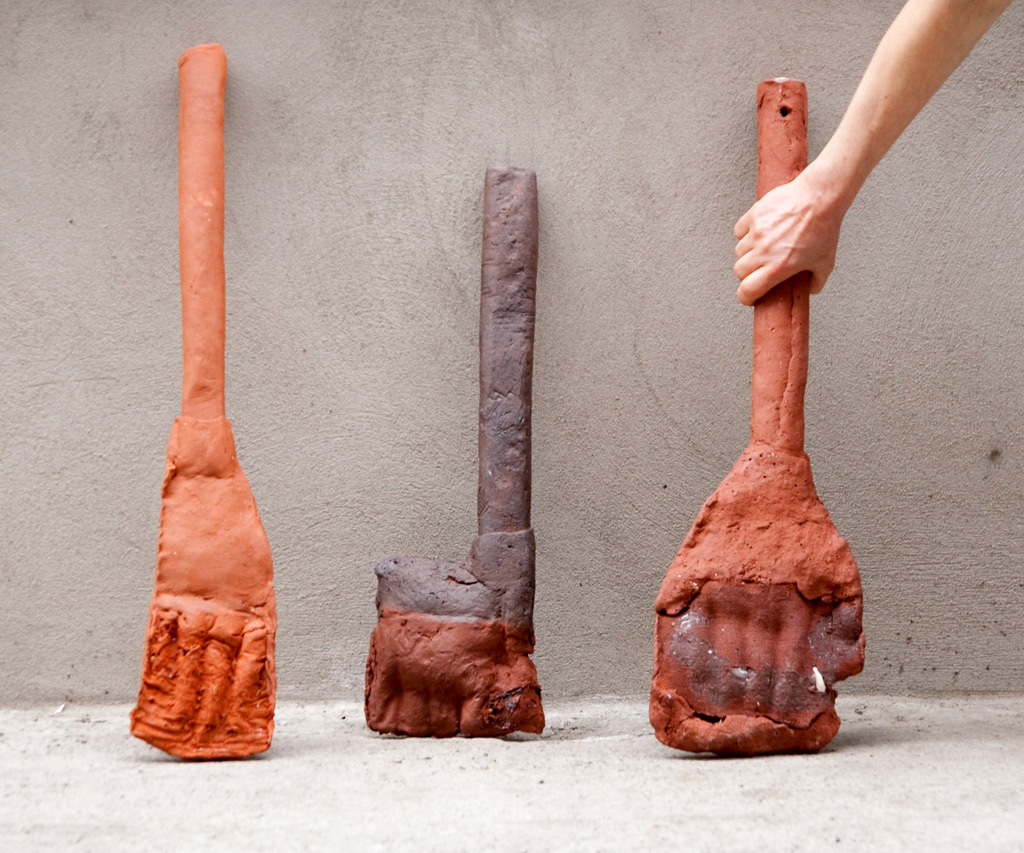 Werkzeuge, 2015, Terracotta, engobes, oxides, combustible materials, Height: c. 30 cm – 65 cm, Photo©Jennifer Bunzeck