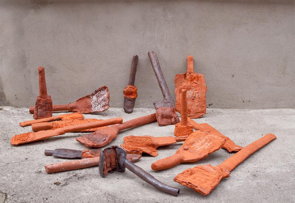 Werkzeuge, 2015, Terrakotta, Engoben, Oxyde, brennbare Materialien, Foto©Jennifer Bunzeck Höhe: c. 30 cm - 100 cm